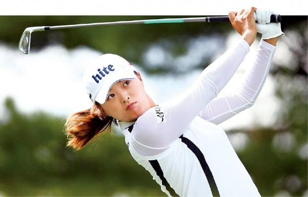 < '매의 눈'으로… > 고진영이 25일(현지시간) 캐나다 온타리오주 오로라의 마그나골프클럽에서 열린 미국여자프로골프(LPGA)투어 캐나다 퍼시픽 여자오픈 최종 라운드 2번홀(파3)에서 티샷을 날린 뒤 공을 바라보고 있다. /AFP연합뉴스