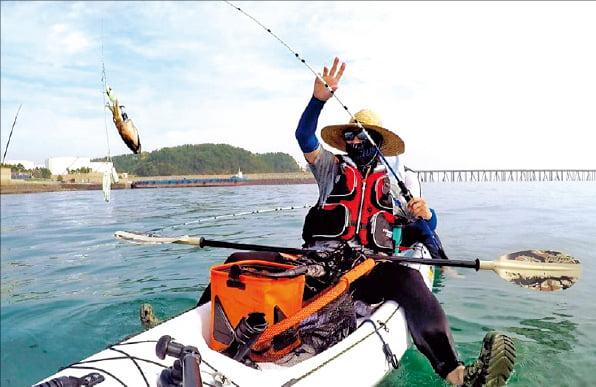 정문영 씨가 충남 서천 바닷가에서 낚시를 하고 있다.