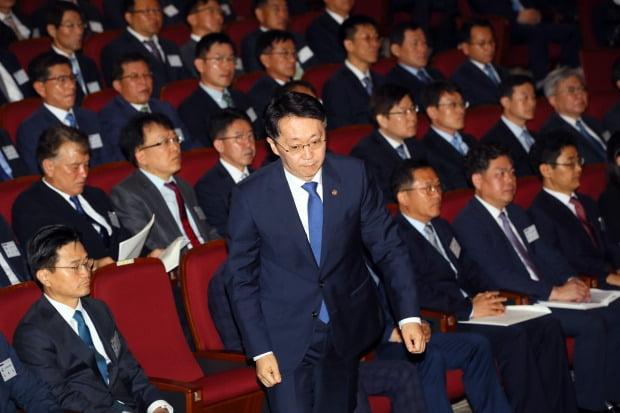 김현준 국세청장이 지난 12일 세종시 본청에서 열린 전국 세무관서장 회의에서 모두발언을 하기 위해 단상으로 향하고 있다. 사진=국세청 제공