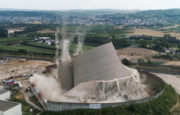 독일 코블렌츠 인근의 무엘하임-카엘리히 원전이 지난 9일 철거되는 모습. 이 원전은 1988년 가동 정지됐다. 사진=연합뉴스