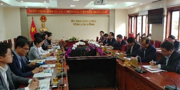 8월에 럼동성을 방문한 한국의 투자 사절단과 럼동성 인민위원회 주요 관료들이 투자 방안에 대해 논의하고 있다.