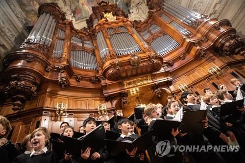 9살 소녀의 금기 도전…獨 소년합창단 554년 역사 깨질까