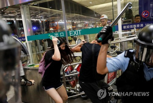 """""""'우산혁명' 진압한 강경파 경찰 복귀로 홍콩 사태 격화"""""""