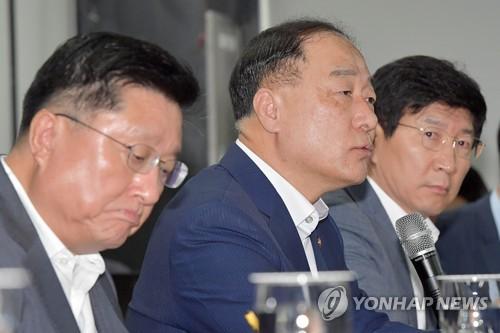 """홍남기 """"분양가 상한제 실제 적용하려면 부처간 협의 필요"""""""