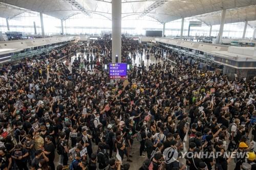 """트럼프 """"中, 홍콩 접경으로 병력 이동중…힘든 상황이나 잘될것"""""""
