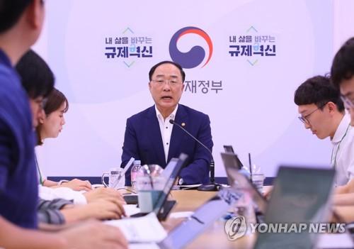 """홍남기 """"저소득층 소득여건 개선…중산층 성장도 긍정적"""""""