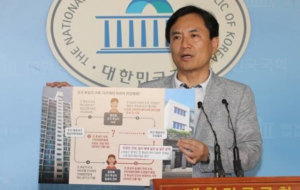 자유한국당 김진태 의원이 18일 오후 국회 정론관에서 기자회견을 열고 조국 법무부 장관 후보자에 관련된 각종 의혹을 지적하고 있다.(사진=연합뉴스)