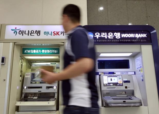 'DLS 절벽'으로 고객 등 떠민 은행 vs 말린 은행...차이는?