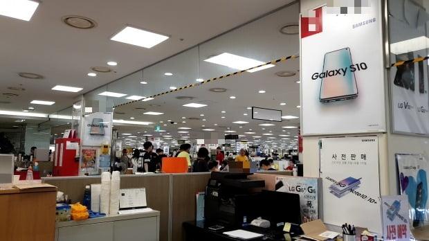 서울 신도림 테크노마트 9층 휴대폰 집단매장이 많은 손님들로 북적이고 있다. 벽면에 갤럭시노트10 사전예약 포스터가 걸려있다.(사진=김은지 한경닷컴 기자)
