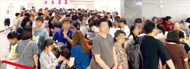 예비 청약자들로 붐비는 서울'송파시그니처롯데캐슬'모델하우스./롯데건설제공