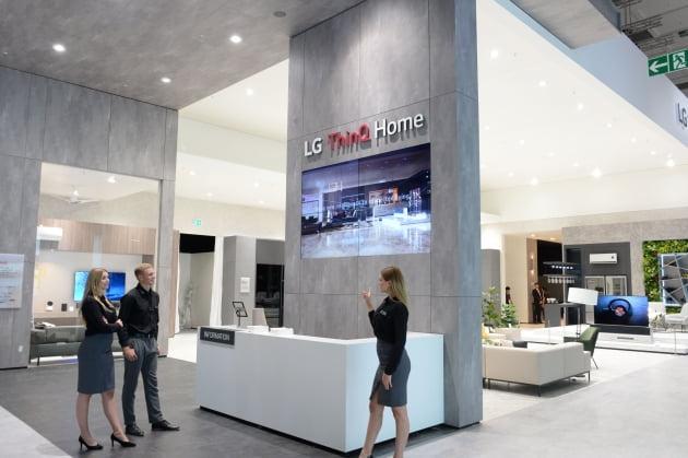 현지시간 6일부터 11일까지 독일 베를린에서 열리는 IFA 2019 전시회에서 모델들이 LG전자 전시관에서 인공지능 전시존 'LG 씽큐 홈'을 소개하고 있다.(사진=LG전자)