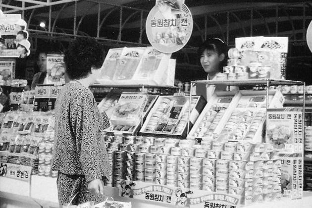 1980년대 초 동원참치 선물세트 판매 풍경(사진=동원F&B 제공)