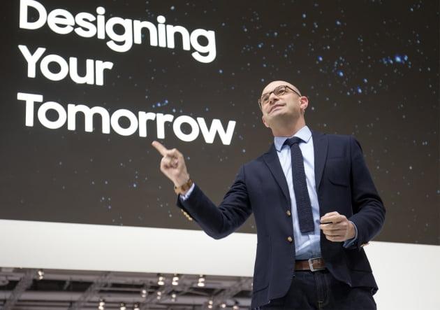 벤자민 브라운 삼성전자 유럽 총괄 마케팅 담당 상무가 5일(현지시간) 독일 베를린에서 열린 IFA 2019 프레스 컨퍼런스에서 '내일을 디자인하라(Designing your tomorrow)'라는 주제로 발표하고 있다.(사진=삼성전자)