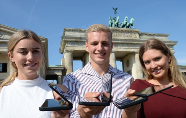 LG전자의 하반기 전략 스마트폰 'LG V50S 씽큐(ThinQ)'가 독일 베를린에서 베일을 벗었다.(사진=LG전자)