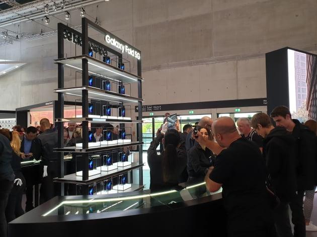 삼성전자는 지난 6일(현지시간)부터 엿새 동안 독일 베를린의 '메세 베를린(Messe Berlin)'에서 열리는 유럽가전전시회(IFA)에서 새 단장한 '갤럭시 폴드'를 공개했다. 개막일은 물론 전시회 이틀째인 7일도 많은 관람객들이 갤럭시 폴드를 체험하기 위해 길게 줄을 섰다.(사진=김은지 한경닷컴 기자)