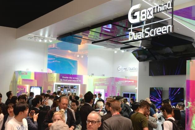 국제가전전시회 'IFA 2019'의 LG전자 전시관을 찾은 관람객들이 LG전자의 하반기 전략 스마트폰 LG V50S 씽큐(해외명 LG G8X 씽큐)와 새로운 듀얼스크린을 살펴보고 있다.(사진=LG전자)