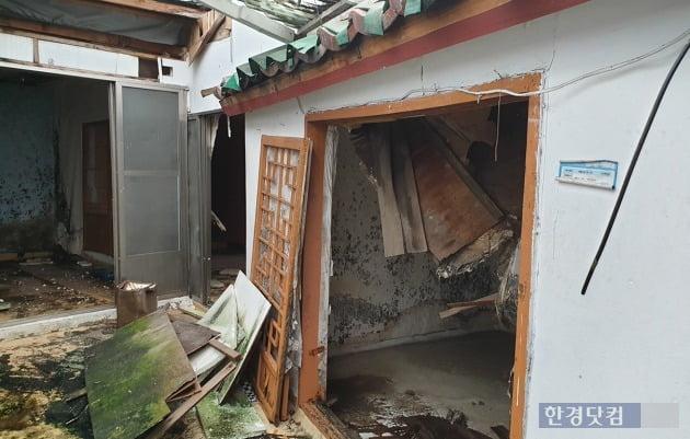 서울 사직동 사직2구역의 한 폐가. 천장이 무너져내린 뒤 보수가 이뤄지지 않은 이 집은 현재 아무도 살지 않는다. 전형진 기자