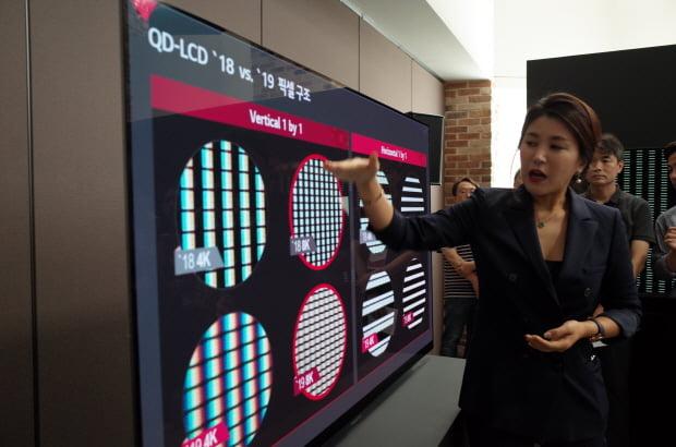 "LG전자는 17일 여의도 LG트윈타워에서 '8K TV 기술설명회'를 열고 ""삼성전자의 'QLED 8K TV'는 진짜 8K가 아니다""라고 주장했다. LG전자 관계자가 QLED와 OLED의 화질 선명도(CM) 차이를 설명하고 있다. /한경닷컴 노정동 기자 dong2@hankyung.com"
