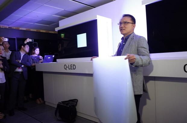 "LG전자는 17일 여의도 LG트윈타워에서 '8K TV 기술설명회'를 열고 ""삼성전자의 'QLED 8K TV'는 진짜 8K가 아니다""라고 주장했다. LG전자 관계자가 퀀텀닷(QD) 시트를 들어 보이고 있다. /한경닷컴 노정동 기자 dong2@hankyung.com"