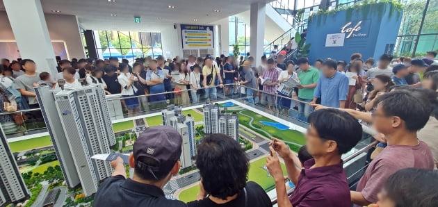 '인천 송도 더샵센트럴파크Ⅲ'의 모델하우스에 몰린 인파들(자료 포스코건설)