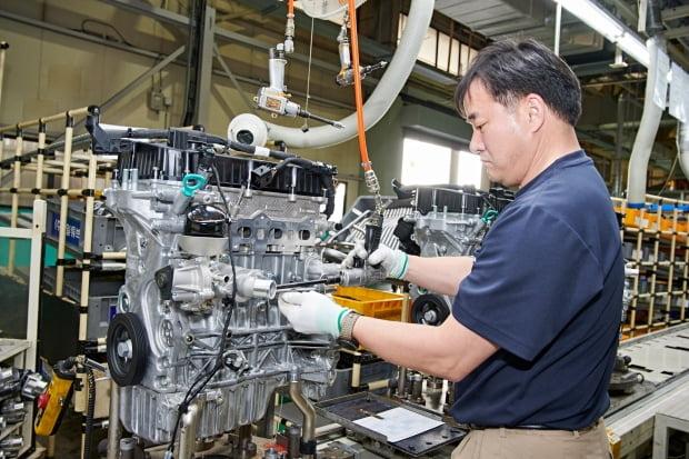 쌍용자동차 창원 엔진공장에서 직원이 엔진을 조립하고 있다. 사진=쌍용자동차
