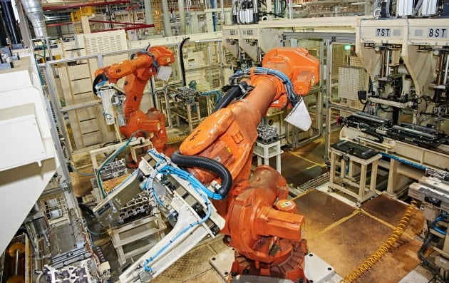 쌍용자동차 창원 엔진공장에서 자동화 설비가 엔진 부속을 가공하고 있다. 사진=쌍용자동차