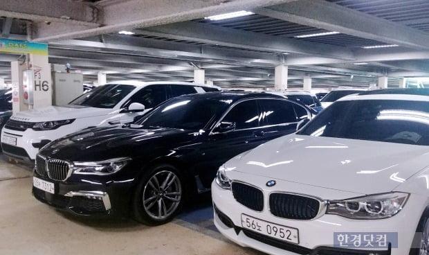 수입 중고차 매매단지에 전시된 메르세데츠 벤츠와 BMW, 레인지로버 등 수입 중고자동차 모습. 사진=한경DB