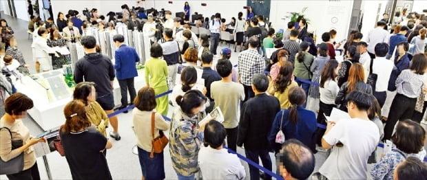 로또청약으로기대를모으고있는서울삼성동래미안라클래시(상아2차재건축)아파트모델하우스에많은예비청약자들이몰렸다.당첨되면수억원의시세차익이보장될것이란기대때문이다./강은구기자egkang@hankyung.com