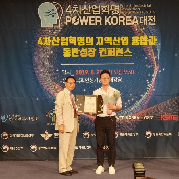 ▲그린랩스 안동현 대표(우)가 농림부 장관상 수상 후 한국언론인협회 성대석 회장(좌)과 기념사진을 촬영하고 있다