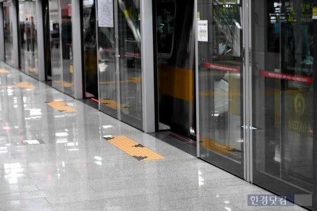 [포토] 노조 준법투쟁에 닫히지 않는 9호선 열차