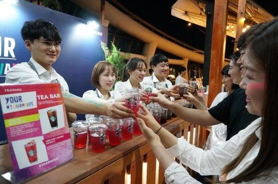 지난달 스타벅스가 한강 세빛섬에서 개최한 '티바나 선셋 페스티벌'에서 스타벅스 파트너들이 소비자에게 시음용 티바나 음료를 제공하는 모습 [사진=스타벅스커피 코리아 제공]