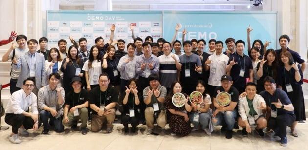 지난 6월 개최한 롯데액셀러레이터 데모데이단체사진(사진=롯데지주 제공)