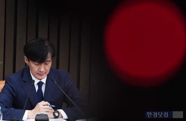 조국 법무부 장관 후보자가 2일 오후 서울 여의도 국회에서 열린 기자간담회에 참석해 질문에 답하고 있다. / 최혁 한경닷컴 기자 chokob@hankyung.com