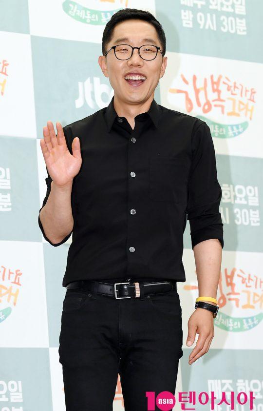 방송인 김제동이 18일 오후 서울 마포구 상암동 스탠포드호텔 서울에서 열린 JTBC 신규 예능프로그램 '김제동의 톡투유2' 제작발표회에 참석하고 있다.