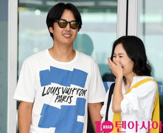 윤상현-메이비 부부가 3일 오전 커플 화보 촬영차 인천국제공항을 통해 베트남으로 출국하고 있다.