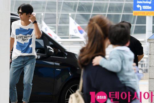 윤상현-메이비 부부가 3일 오전 커플 화보 촬영차 인천국제공항을 통해 베트남으로 출국하며 공항패션을 선보이고 있다.