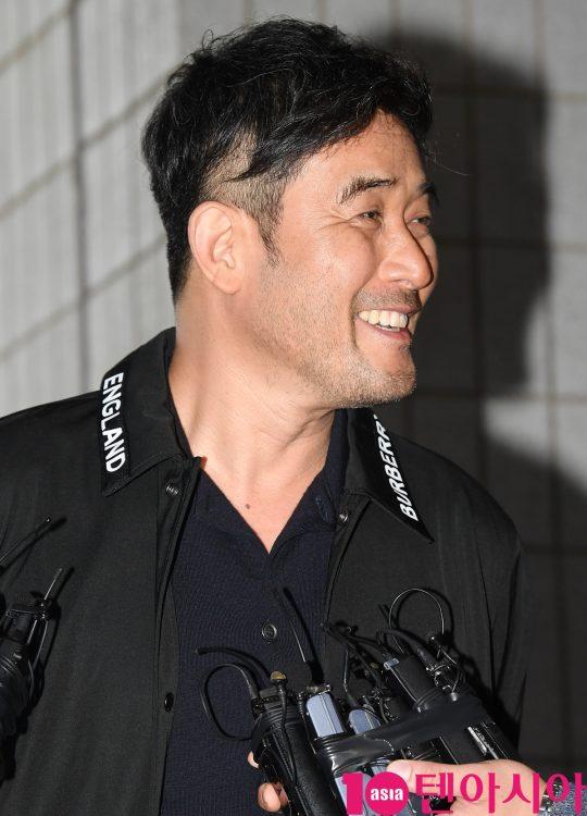 배우 최민수가 4일 오후 서울 양천구 목동 서울남부지방법원에서 열리는 보복운전 혐의 선고공판 출석을 위해 법원에 들어섰다.