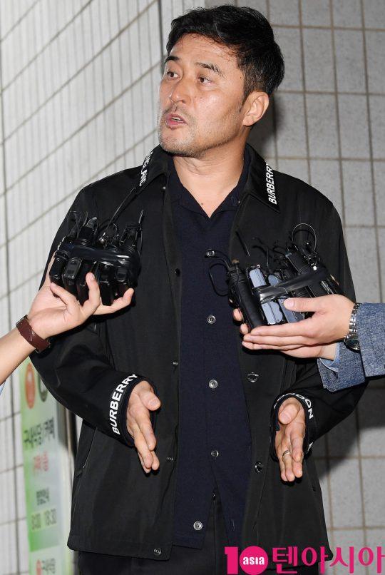 배우 최민수가 4일 오후 서울 양천구 목동 서울남부지방법원에서 열리는 보복운전 혐의 선고공판 출석을 위해 법원에 들어서며 인터뷰에 응하고 있다.
