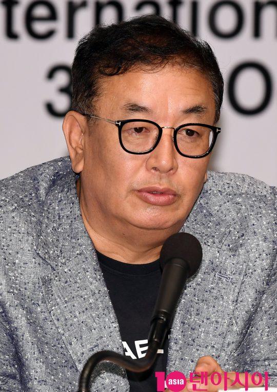 차승재 아시아필름마켓 운영위원장이 4일 오후 사울 중구 세종대로 한국프레스센터에서 열린 제24회 부산국제영화제(BIFF) 공식 기자회견에 참석하고 있다.