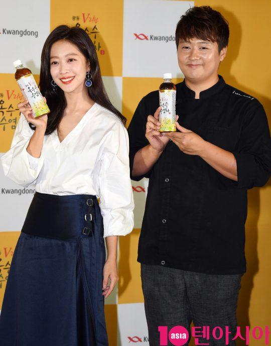 배우 조보아와 신효섭 셰프가 서울 중구 퇴계로 한국의집에서 열린 '조보아와 함께하는 수염미식회'에 참석하고 있다.