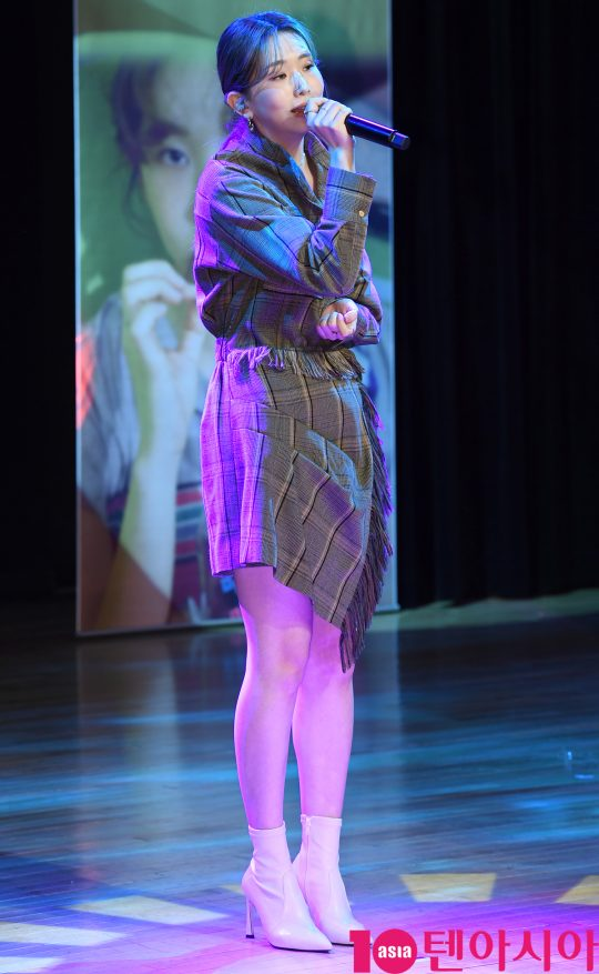 가수 케이시가 5일 오후 서울 청담동 일지아트홀에서 열린 두 번? 미니앨범 '리와인드(Rewind)' 발매 기념 쇼케이스에서 멋진공연을 선보이고 있다.