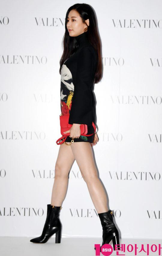 배우 김사랑이 5일 오후 서울 성동구 피어59스튜디오에서 열린 발렌티노의 포토콜 행사에 참석하고 있다.