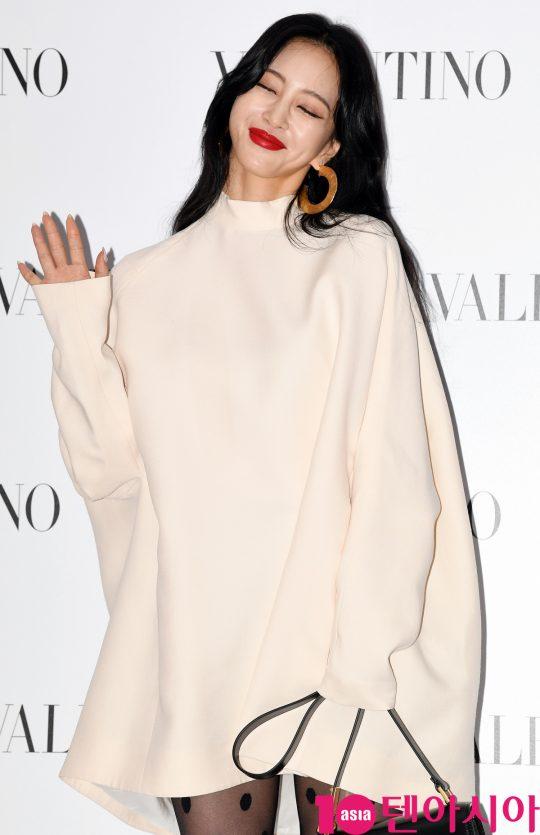 배우 한예슬이 5일 오후 서울 성동구 피어59스튜디오에서 열린 발렌티노의 포토콜 행사에 참석하고 있다.