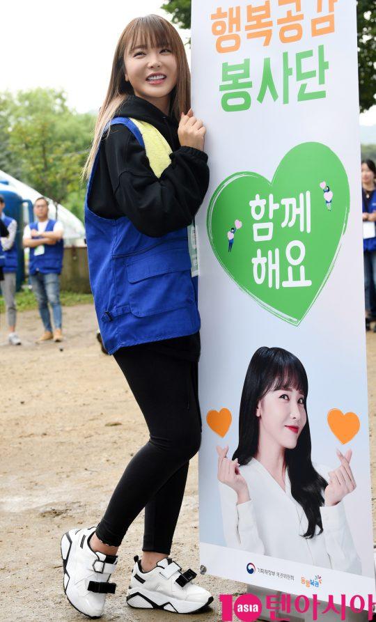 가수 홍진영이 6일 오전 서울 원지동 대원주말농장서 열린 제12기 행복공감봉사단 3차 봉사활동에 참석하고 있다.