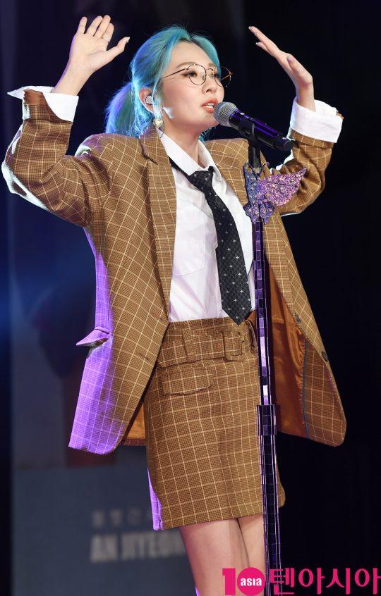 여성 듀오 볼빨간 사춘기(안지영,우지윤) 안지영이 10일 서울 강남구 청담동 일지아트홀에서 열린 새 미니앨범 'Two Five' 발매 기념 쇼케이스에서 열정적인 무대를 선보이고 있다.