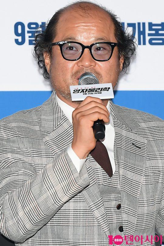 배우 김상호가 11일 오후 서울 용산 CGV 아이파크몰에서 열린 영화 '양자물리학' 언론시사회에 참석해 인사말을 하고 있다.