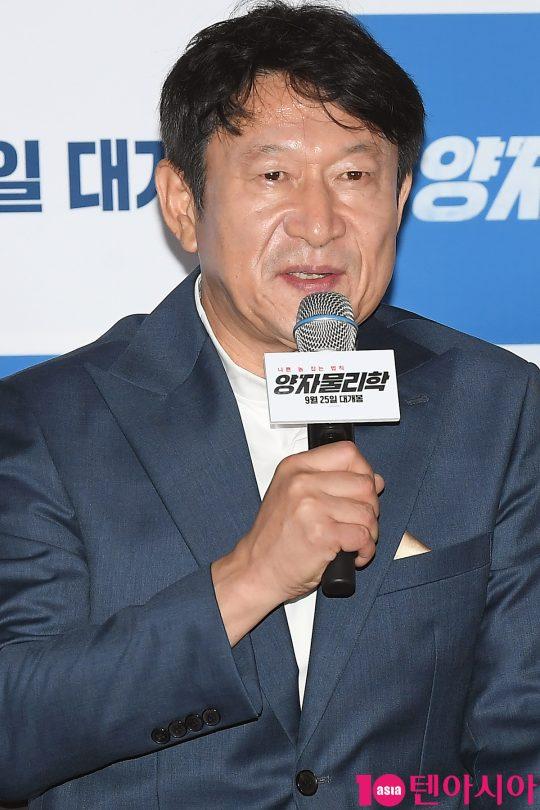배우 김응수가 11일 오후 서울 용산 CGV 아이파크몰에서 열린 영화 '양자물리학' 언론시사회에 참석해 인사말을 하고 있다.