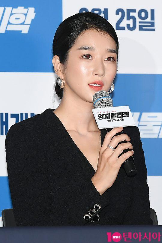 배우 서예지가 11일 오후 서울 용산 CGV 아이파크몰에서 열린 영화 '양자물리학' 언론시사회에 참석해 인사말을 하고 있다.