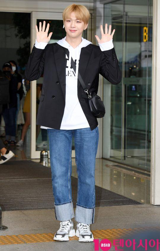 가수 강다니엘이 12일 오전 팬미팅 참석차 인천국제공항을 통해 대만으로 출국하고 있다.