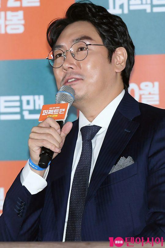 배우 조진웅이 16일 오후 서울 중구 메가박스 동대문에서 열린 영화 '퍼펙트맨' 언론시사회에 참석해 인사말을 하고 있다.